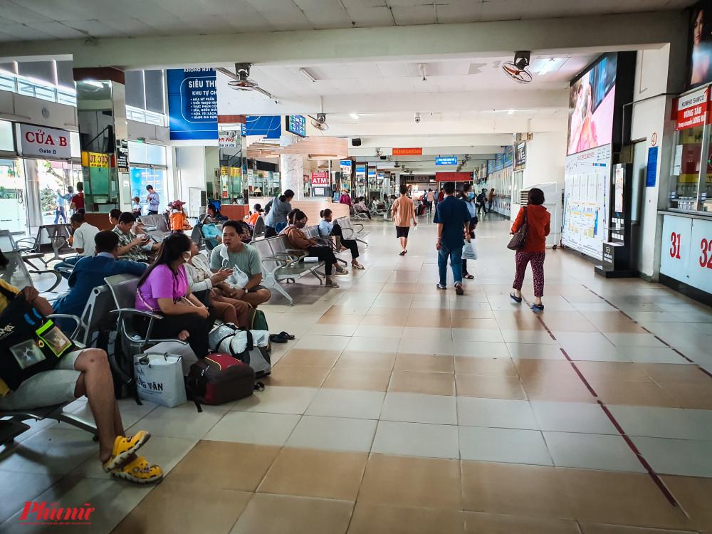 Khu vực Bến xe Miền Đông luôn đông khách ra vào và nhiều khách không hề đeo khẩu trang
