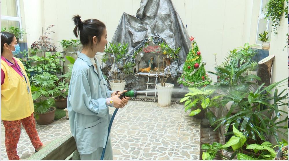 Bệnh nhân Gẫm tưới cây tại khu tập vậy lý trị liệu của BVĐK Đồng Nai