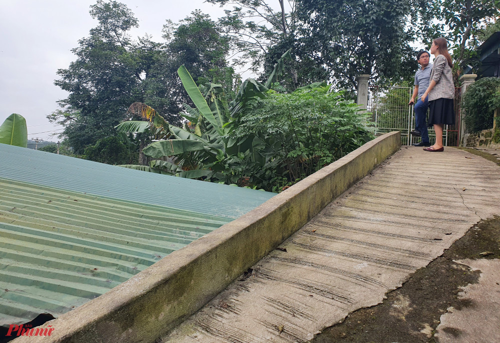 Đường đi cao hơn mái nhà được xác định là đường vào đất của bà Hương