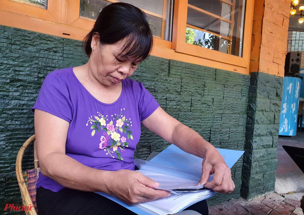 Bà Hương mang đơn thư cầu cứu nhiều năm trời với hy vọng sớm mở lại đường vào đất của mình