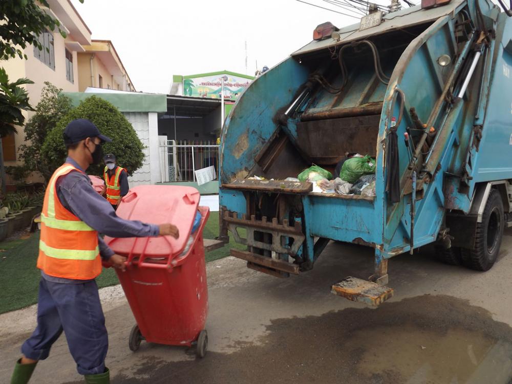 Công nhân vệ sinh đang thu gom chất thải rắn  tại TP.HCM