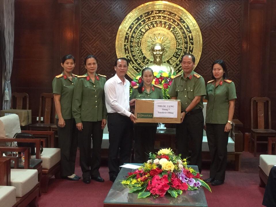 Đoàn trao tặng thuốc và dung dịch sát khuẩn cho Trạm xá Công an tỉnh Quảng Trị.