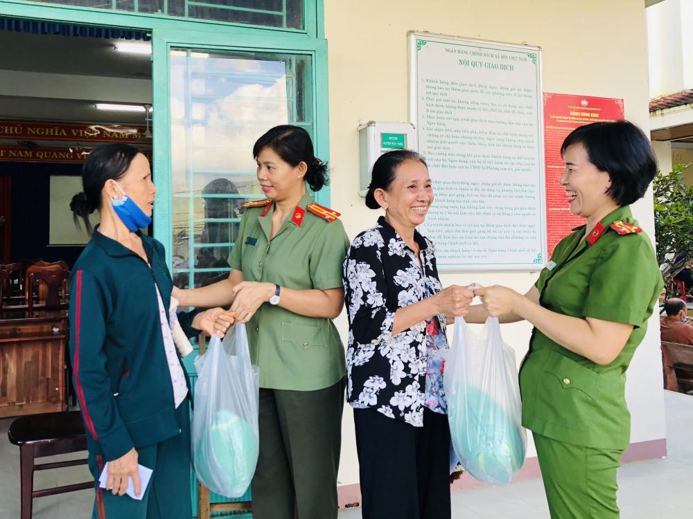 Những phần quà, suất học bổng, tiền hỗ trợ bữa chợ mà đoàn mang từ TP.HCM ra trao tận tay bà con và các em học sinh.