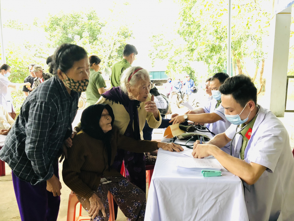 Khám bệnh, tư vấn chăm sóc sức khỏe và cấp thuốc cho bà con tỉnh Quảng Trị.
