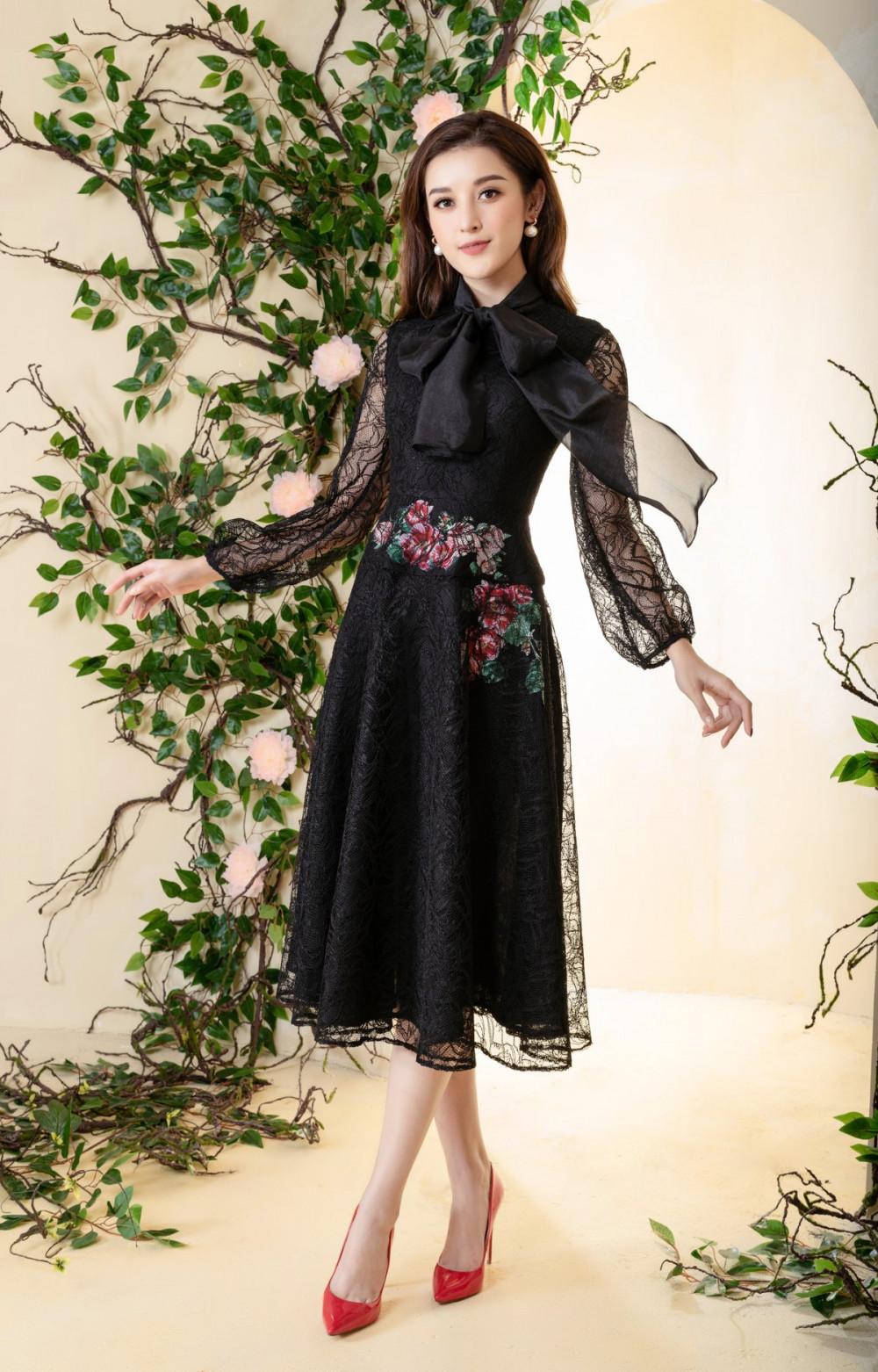 Những mẫu áo đơn giản, rũ bỏ sự rườm rà trong thiết kế càng tôn lên vẻ đẹp tự nhiên, thanh thuần của Huyền My.