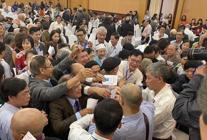 Hình ảnh chen lấn bỏ phiếu của các nhà văn làm công chúng