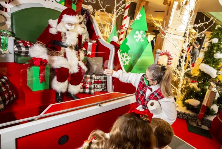 Mùa lễ hội, mua sắm cuối năm đã bắt đầu và quả tặng cho trẻ nhỏ là mặt hàng được quan tâm nhiều nhất