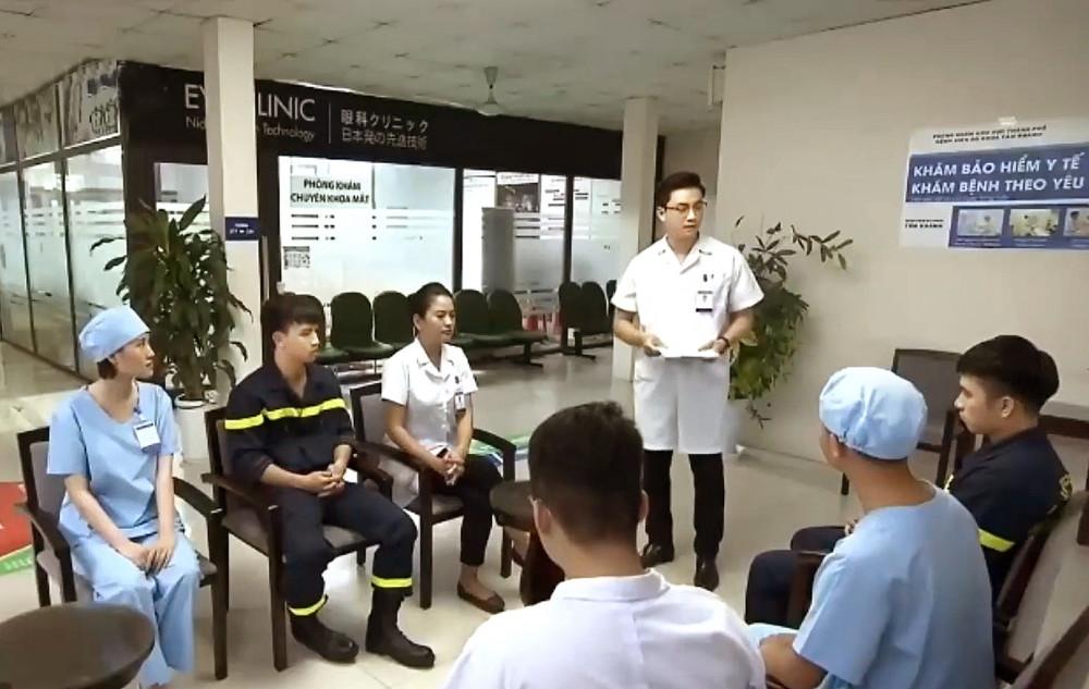 """Phân cảnh hai nhân vật Thủy và Hoàng được cho là bị phơi nhiễm HIV và phải cách ly tại bệnh viện 72 giờ khiến các bác sĩ trong lĩnh vực phòng, chống HIV/AIDS """"dậy sóng"""""""