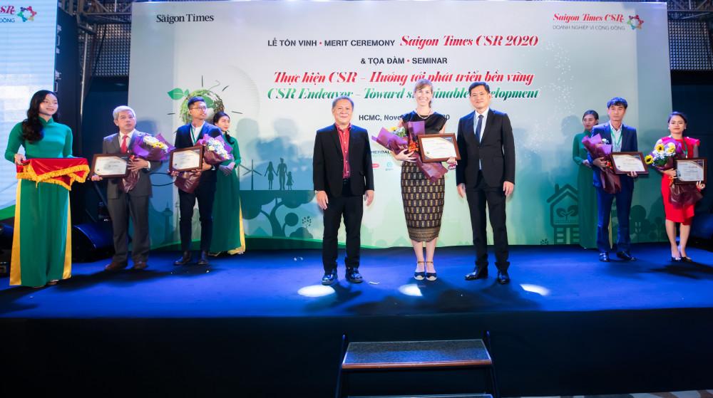 """Bà Holly Bostock - Giám đốc Ngoại vụ cấp cao Heineken Việt Nam nhận chứng nhận vinh danh """"Doanh nghiệp vì cộng đồng"""". Ảnh: Heineken Việt Nam cung cấp"""