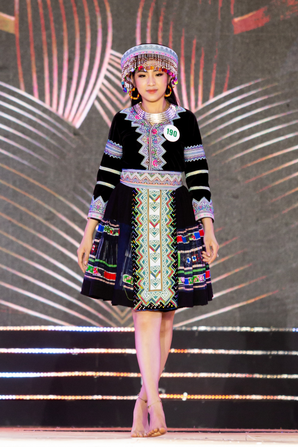 Thí sinh Đỗ Thị Ánh Như trình diễn trang phục của người Mông