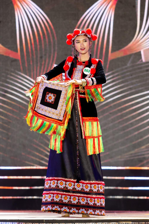 Thí sinh Nguyễn Đăng Triều trình diễn trang phục cưới của người Dao Đỏ