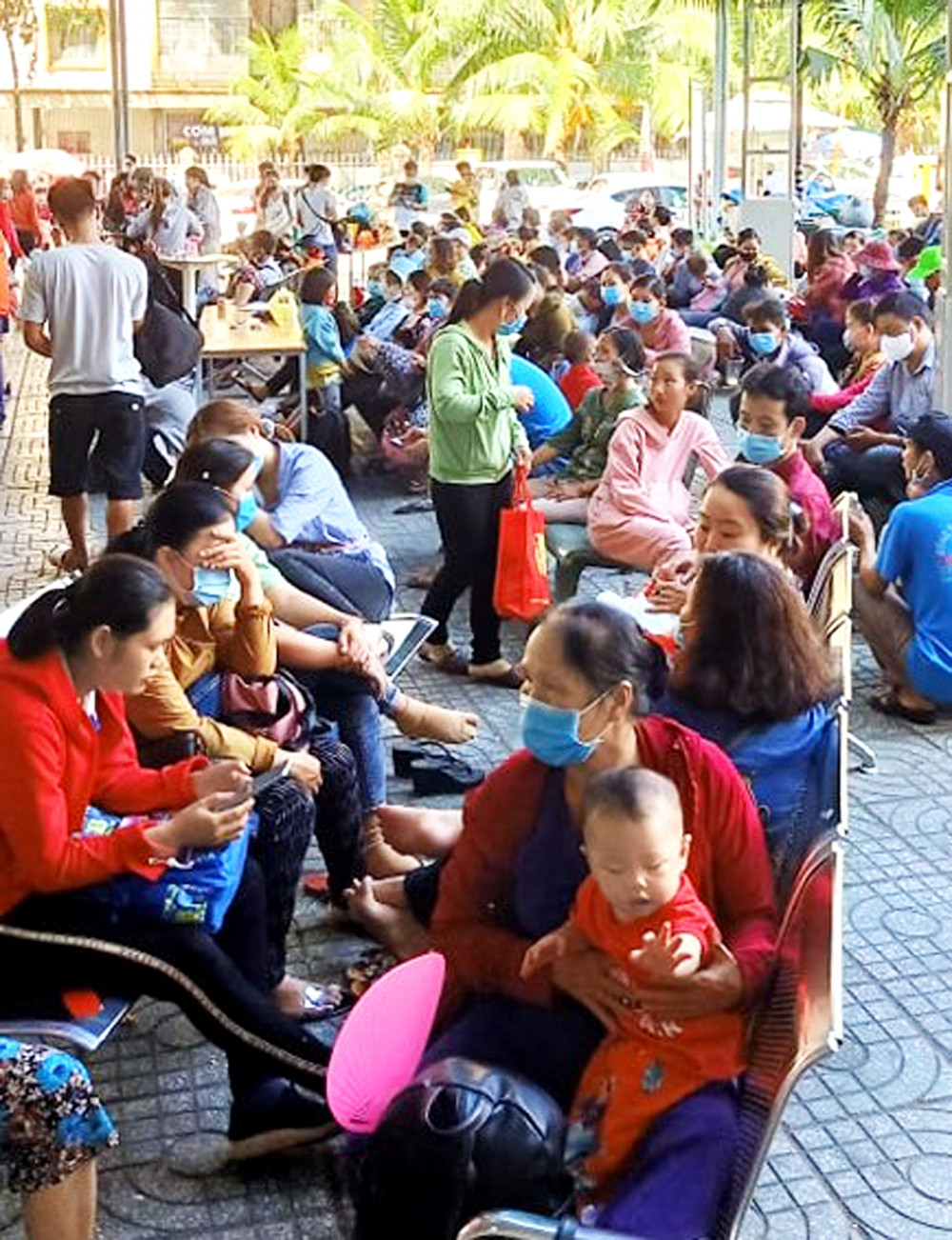 Cảnh thân nhân và bệnh nhân chờ khám đông đúc ở Bệnh viện Nhi Đồng 2 (TP.HCM) những ngày trời trở lạnh - Ảnh: Thùy Dương