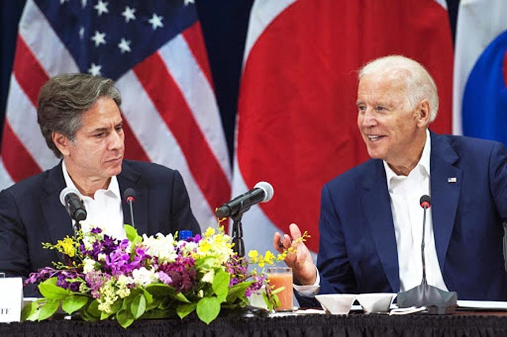 Ông Joe Biden (phải) đề cử Antony Blinken - Thứ trưởng Bộ Ngoại giao Mỹ  dưới thời Tổng thống Obama (trái) - làm ngoại trưởng trong nội các của mình