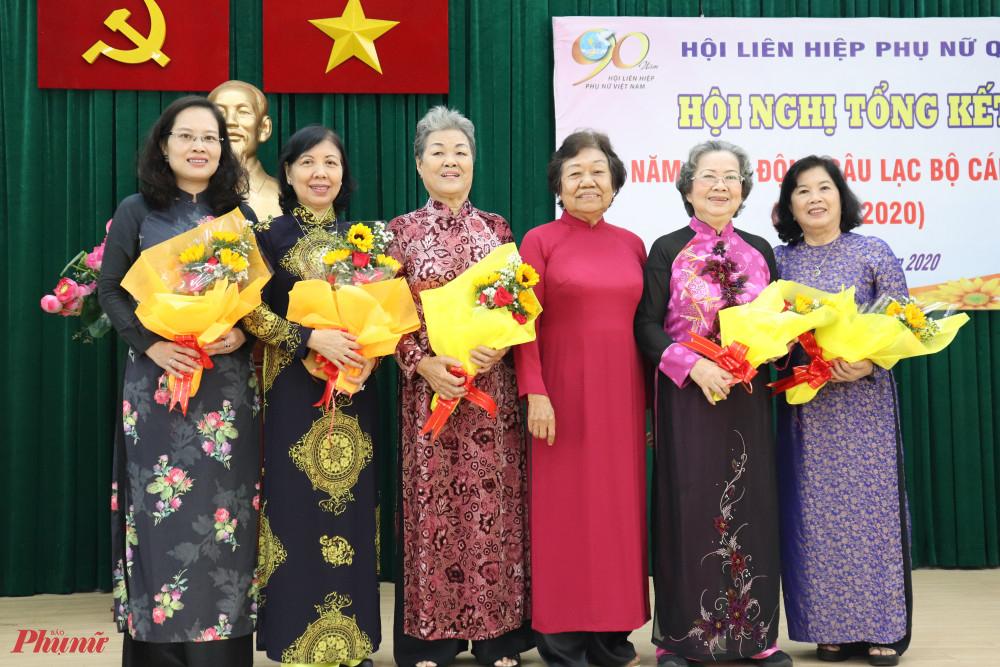 Bà Lý Kim Mai tặng hoa cho thành viên Hội, bà Lê Thị Thu - Chủ tịch HLHPN TPHCM (bên phải ngoài cùng)