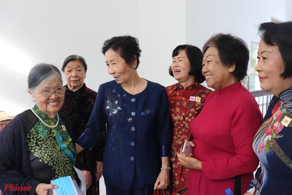 Ảnh 1 Bà Lý Kim Mai - người sáng lập CLB CBH, trò chuyện với các Dì trong Hội trước thềm Hội nghị