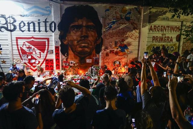 Người hâm mộ tổ chức lễ cầu nguyện cho Maradona bên ngoài sân vận động của Argentinos Juniors, câu lạc bộ nơi ông bắt đầu sự nghiệp của mình.