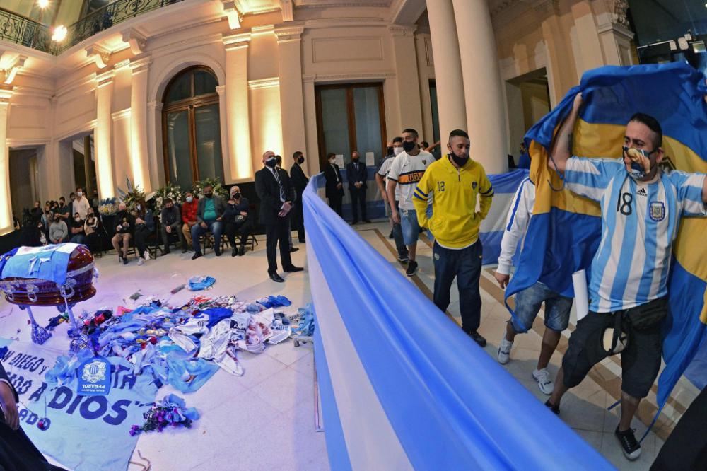 Bên trong cung điện Buenos Aires, người hâm mộ đi quanh quan tài của Maradona.