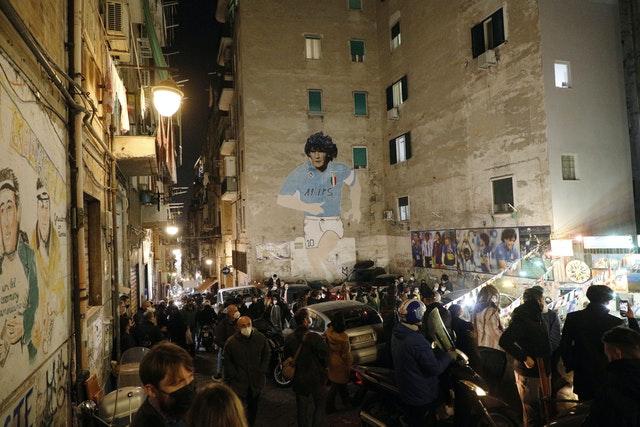 Một bức tranh tường vẽ hình ảnh Maradona trên tòa nhà ở Naples.