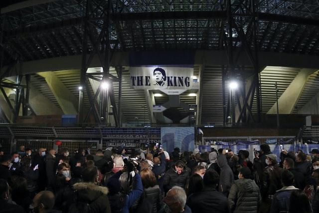 Đám đông tập trung bên ngoài Sân vận động San Paolo của Napoli để tưởng nhớ Maradona, người đã dẫn dắt câu lạc bộ đến hai chức vô địch Serie A.
