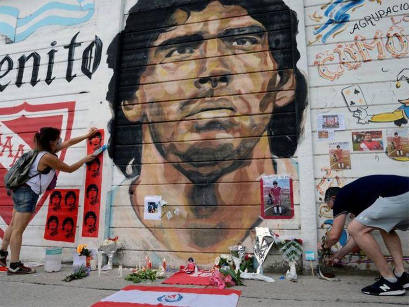 Người hâm mộ tập trung để bày tỏ lòng thương tiếc huyền thoại bóng đá Diego Armando Maradona, bên ngoài sân vận động nơi ông bắt đầu sự nghiệp ở Buenos Aires, Argentina.