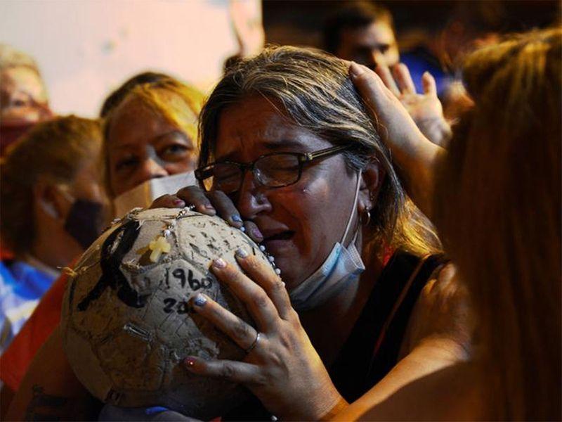 Người hâm mộ tập trung bên ngoài nhà xác nơi giữ thi hài của Maradona, ở Buenos Aires.