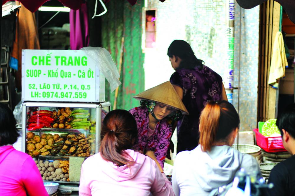 Quầy khổ qua cà ớt hơn 30 năm tuổi ở chợ Phùng Hưng (Q.5, TP.HCM)