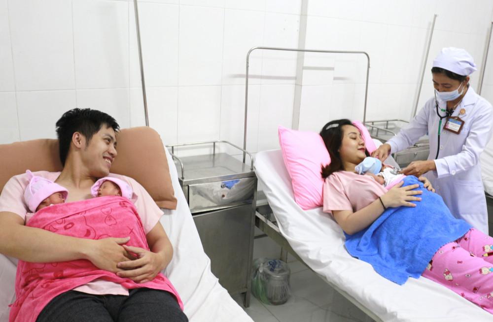 Chồng chị Nguyễn Thanh Thanh M. tham gia chăm sóc con cùng vợ