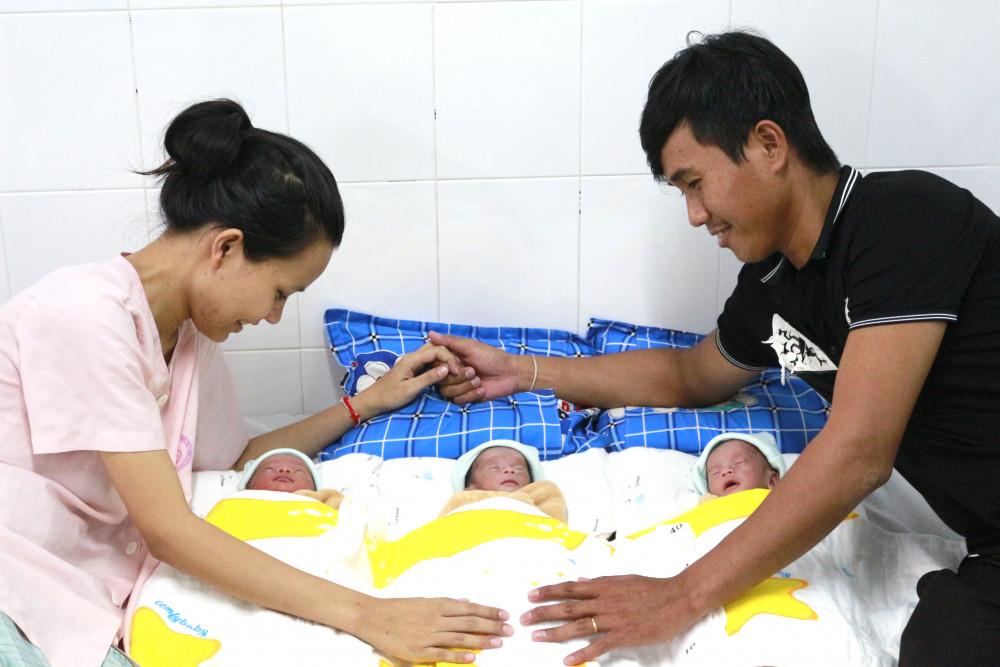Gia đình chị Lâm Thị Hồng N. rạng rỡ bên ba thiên thần nhỏ