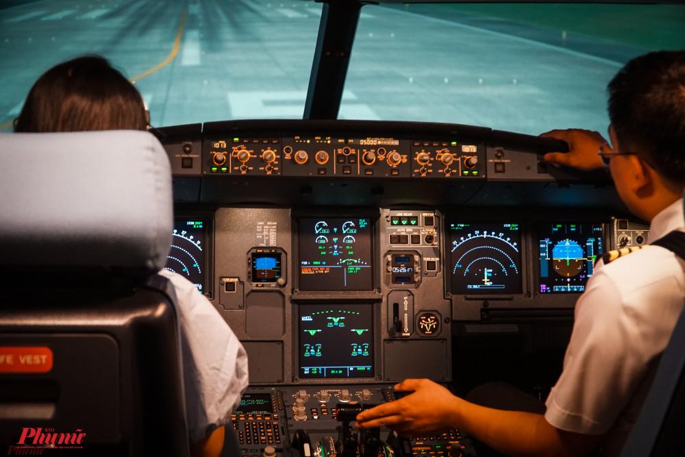 Với 4,4 triệu đồng, du khách sẽ có cơ hội trở thành cơ trưởng vận hành trọn vẹn một chuyến bay như cất cánh, hạ cánh, xử lý những tình huống giả định trong quá trình bay.