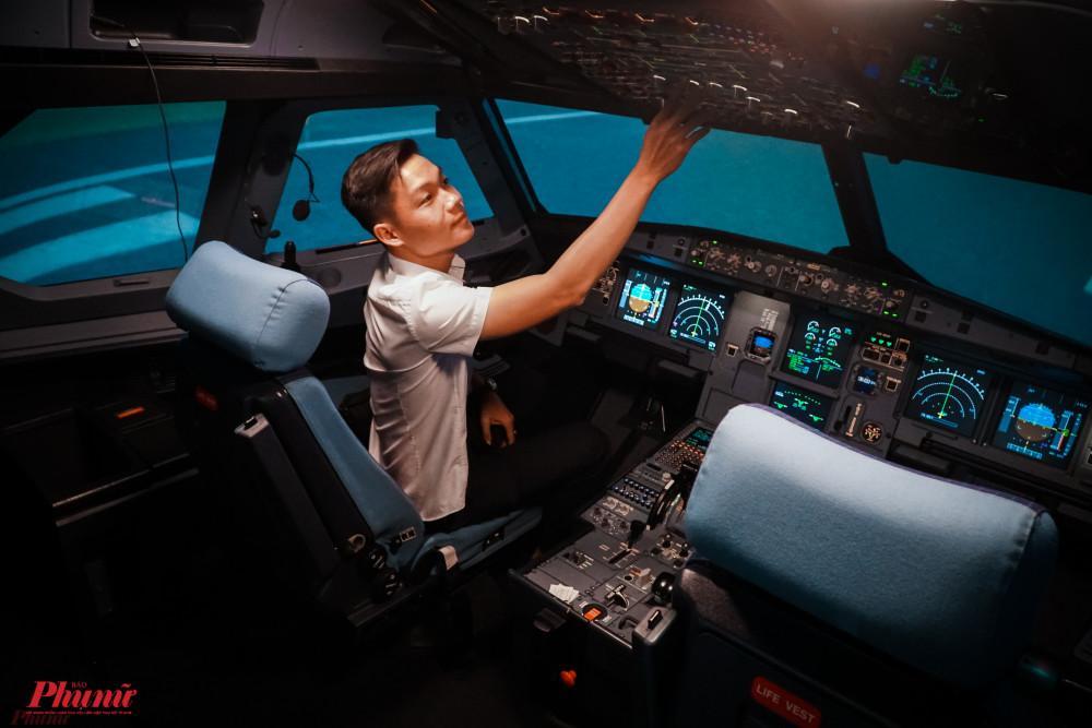 Buồng lái giả định có sức chứa 4 người gồm du khách lái, giáo viên, một lập trình viên điều khiển các trải nghiệm giả định và một hành khách.