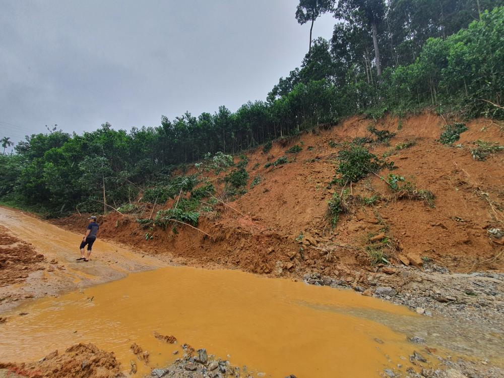 Nhiều vụ sạt lở núi nghiêm trọng xảy ra ở các tỉnh miền Trung trong đợt mưa lớn kéo dài vào tháng 10/2020