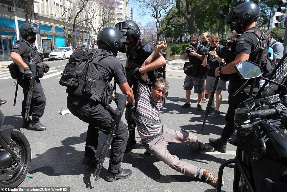 Cảnh sát được điều đông khá đông để đảm bảo an ninh cho tang lễ bên ngoài nghĩa trang Jardin de Bellavista ở Buenos Aires.