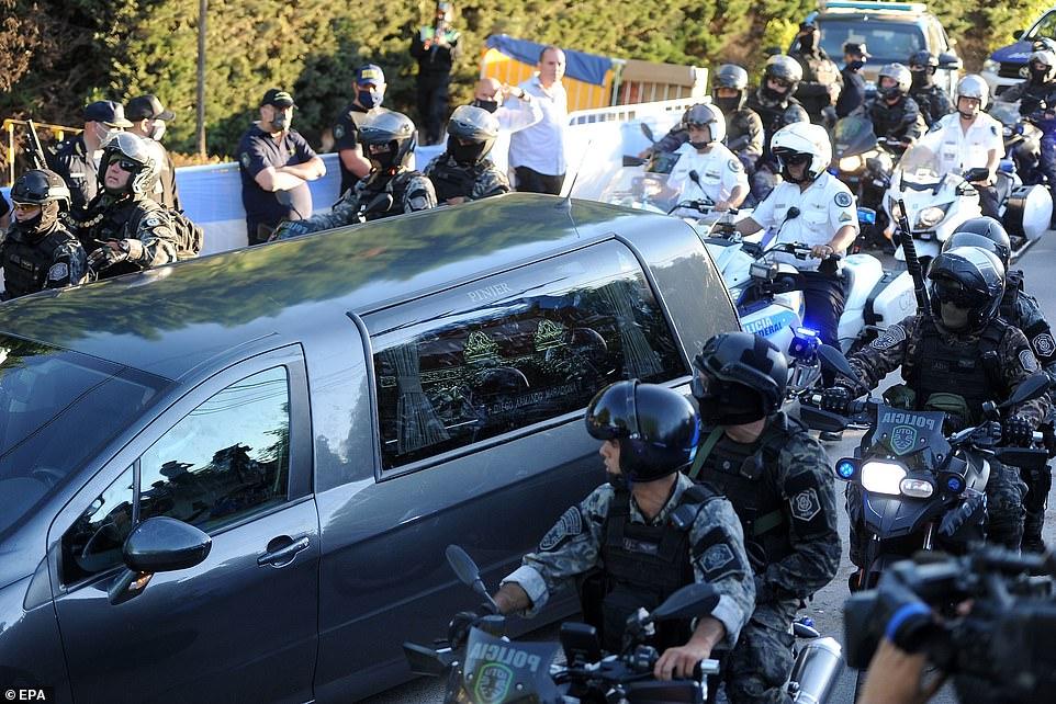 Xe tang chở quan tài Diego Maradona rời nhà chính phủ.