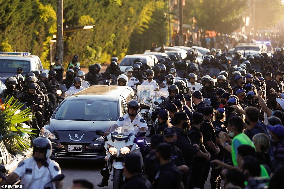 Đông đảo người hâm mộ chen chúc nhau, vây kín xe đưa tang huyền thoại bóng đá người Argentina. Maradona được chôn cất bên cạnh cha mẹ ông là Dalma và Diego tại nghĩa trang Jardin de Paz.
