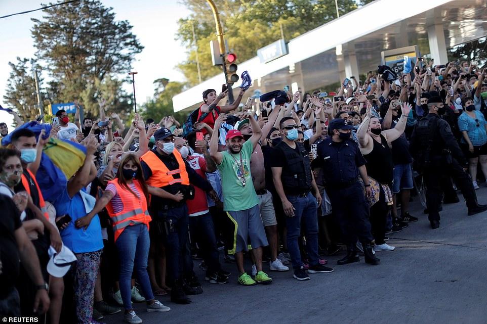 Hàng chục nghìn người Argentina đã xuống đường để thương tiếc anh, để lại hoa và những lời nhắn nhủ tại ngôi nhà thời thơ ấu của anh và sân vận động của Boca Juniors.