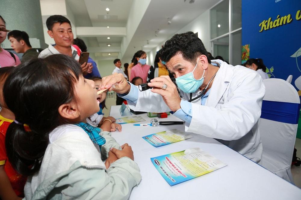 Các bác sĩ dinh dưỡng của Vinamilk kiểm tra, tư vấn về sức khỏe và dinh dưỡng cho các em học sinh tại sự kiện. Ảnh: Vinamilk cung cấp