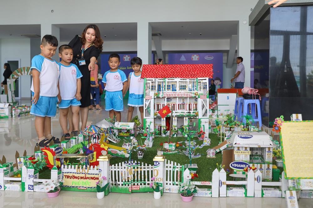 24 mô hình đạt giải làm từ vỏ hộp sữa học đường Vinamilk được trưng bày tại ngày hội. Ảnh: Vinamilk cung cấp