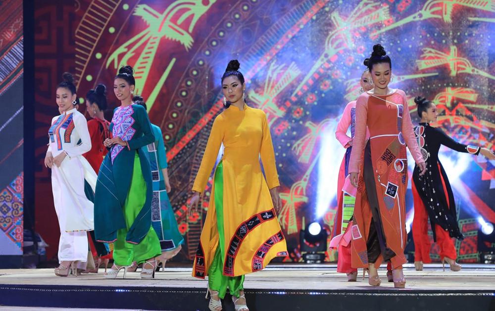 Các thí sinh nền nã trong trang phục áo dài.