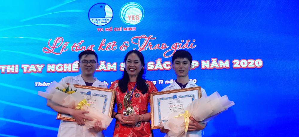 Cô giáo Trần Thị Thanh Tuyền - Giảng viên bộ môn Chăm sóc sắc đẹp trường Cao đẳng thực hành FPT và hai sinh viên. Sinh viên Nguyễn Văn Phong (bên phải) giành giải nhất.