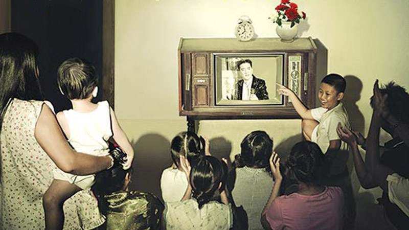 Thời đó không phải nhà nào cũng có tivi, nên đi xem ké là thường - Ảnh minh họa