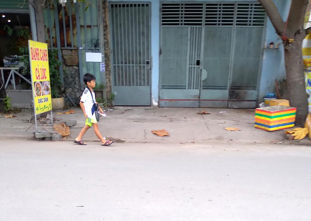 Tại TP.HCM, trẻ đi bán vé số, hàng rong trên phố là hình ảnh quen thuộc - Ảnh: t.D.