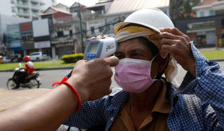 Kiểm tra thân nhiệt tại Phnom Penh - Ảnh: Khmer Times