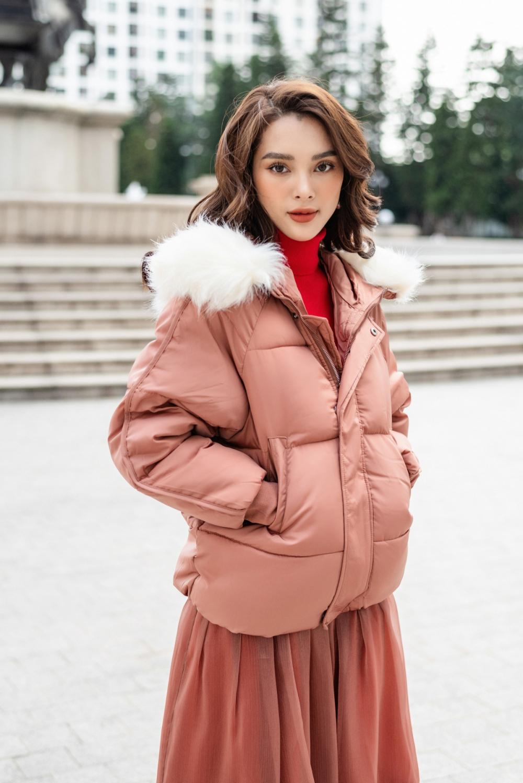 Vào ngày se lạnh, cô chọn chiếc áo khoác màu hồng đất