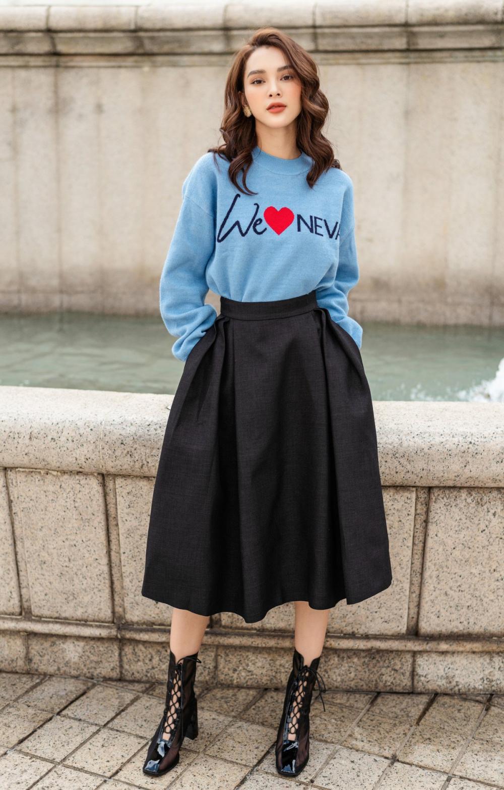 Để tạo nét yêu kiều hơn, Quỳnh Lương chọn phối chân váy xòe với áo thun phom rộng.