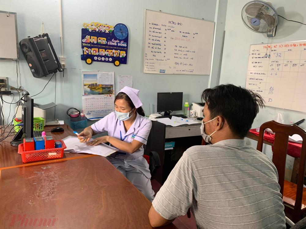 Một bệnh nhân nhiễm HIV đến khám, lấy thuốc ARV tại phòng OPC TP. Biên Hoà