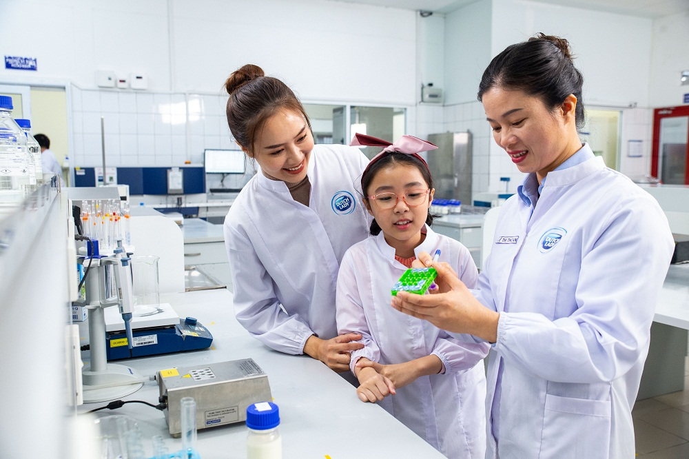 Nhân viên nữ của FrieslandCampina Việt Nam luôn được tạo động lực phát triển trong công việc và bản thân. Trong ảnh, chị Lê Thị Thoan (cầm viết), nhân viên phòng Quản lý chất lượng luôn có niềm đam mê với nghề hơn 10 năm. Ảnh: FrieslandCampina Việt Nam cung cấp