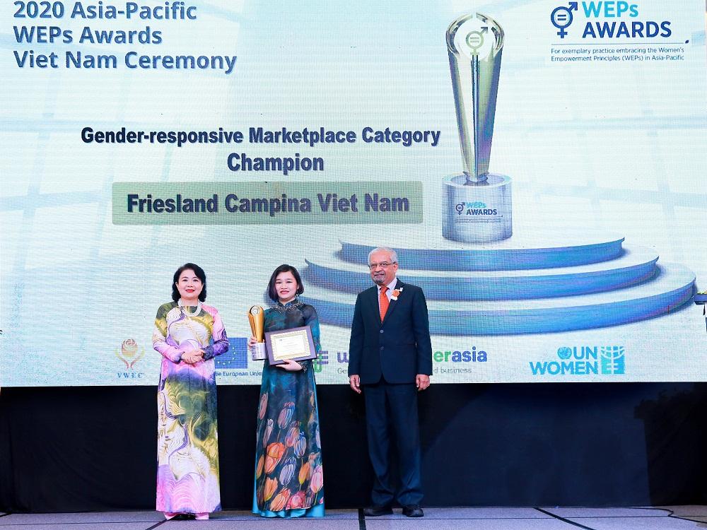 """Bà Phan Nam Trân (giữa), Giám đốc nhân sự FrieslandCampina Việt Nam nhận giải thưởng """"Bình đẳng giới trên thị trường"""""""