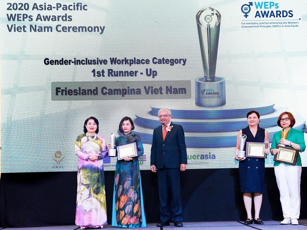 """Bà Phan Nam Trân (thứ hai từ trái sang) tiếp tục nhận giải thưởng """"Bình đẳng giới tại nơi làm việc"""""""
