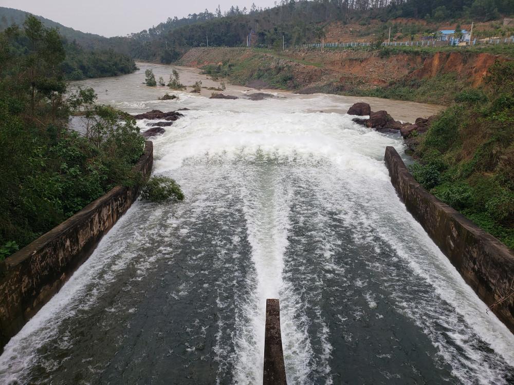 Hồ Phú Ninh cũng bắt đầu xả lũ điều tiết với lưu lượng từ 1.000 - 1.500m3/s vào lúc 17g ngày 30/11