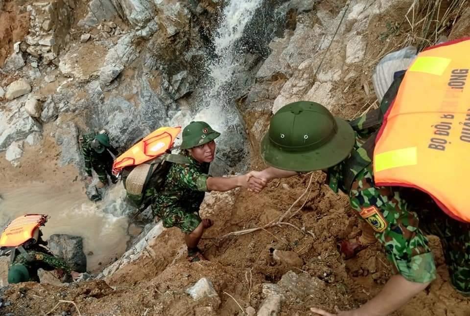 Công tác tìm kiếm người mất tích tại 2 huyện Nam Trà My và Phước Sơn cũng phải tạm dừng vì mưa quá lớn